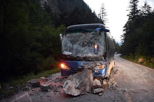 夫妻遇难:母亲被巨石砸中瞬间护住女儿