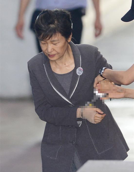 朴槿惠庭审时大叔高喊要提问 结果悲惨了