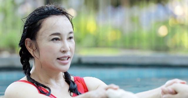 刘晓庆没PS游泳是这样 鬓角耳朵有点吓人