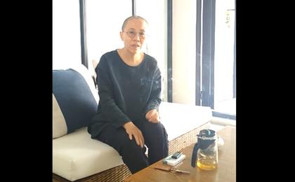 刘晓波去世后首次现身 刘霞称在外地休养