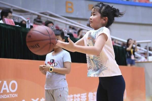 姚明女儿7岁就有1米6!打球投篮有模有样