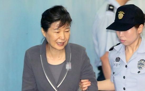 听到三星太子获刑5年 朴槿惠喝水后笑了