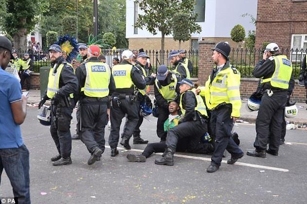 伦敦嘉年华有人泼硫酸!人群大奔逃