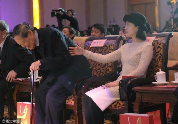 从一张图能看出杨振宁和翁帆婚姻状态吗?