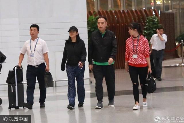 49岁陈红还跟陈凯歌穿情侣 素颜出镜憔悴
