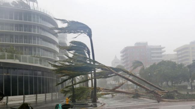 艾玛飓风裹挟狂风暴雨 猛扑美国佛州
