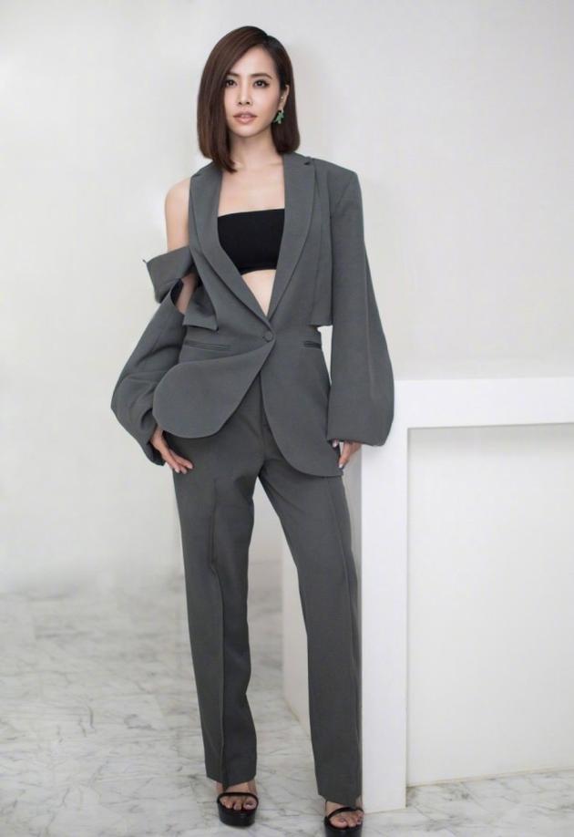 蔡依林时髦法则一定要随性穿衣露右肩