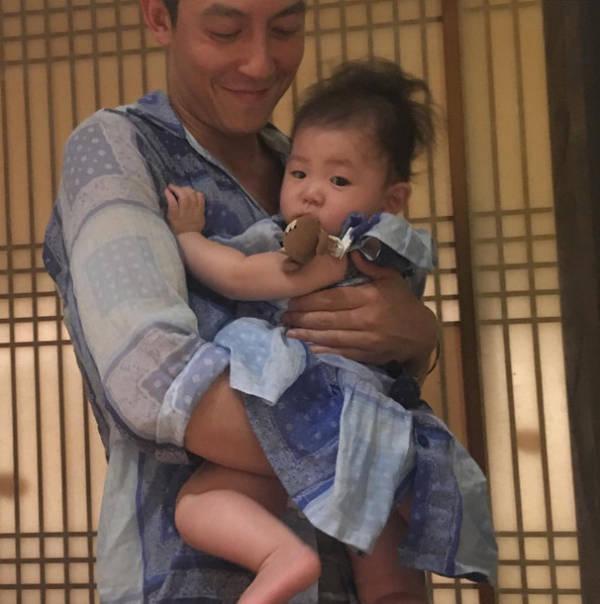 陈冠希抱着女儿温馨合照 眼神温柔宠溺