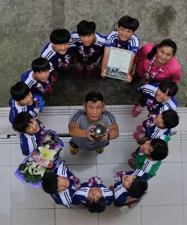 这群姑娘捡着垃圾踢球 连拿3年世界冠军