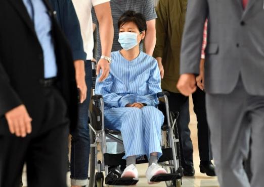 朴槿惠出席第71场公审 跟狱警说话