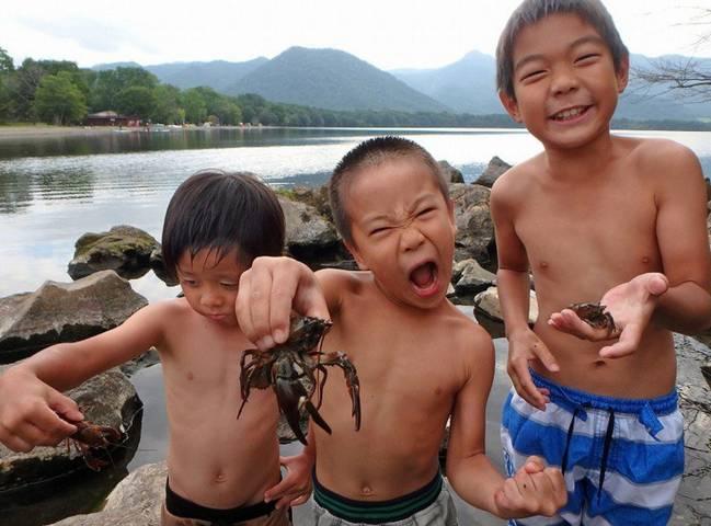 中国吃货们遭暴击  小龙虾被踩碎当肥料