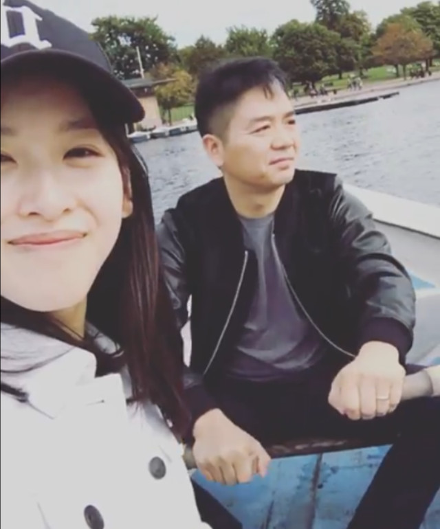 章泽天晒合影再秀恩爱 刘强东卖力划船