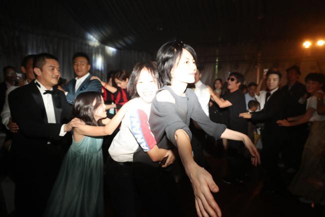 王菲李亚鹏和两女儿一起跳舞 他俩复合了?