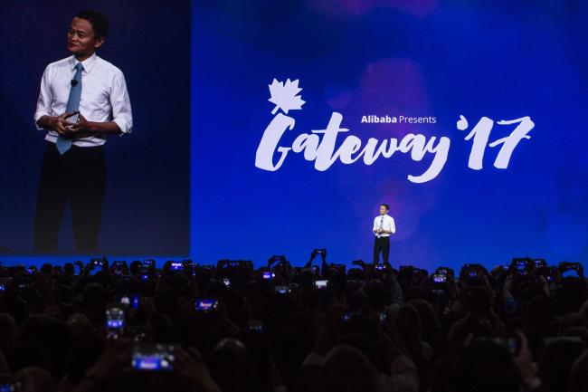 马云台上演讲  加拿大总理在台下鼓掌