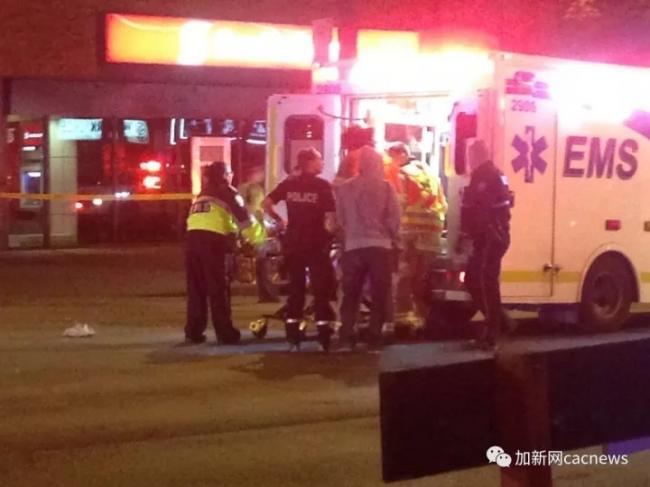 加拿大首发恐怖袭击!车撞人群 刀捅警察