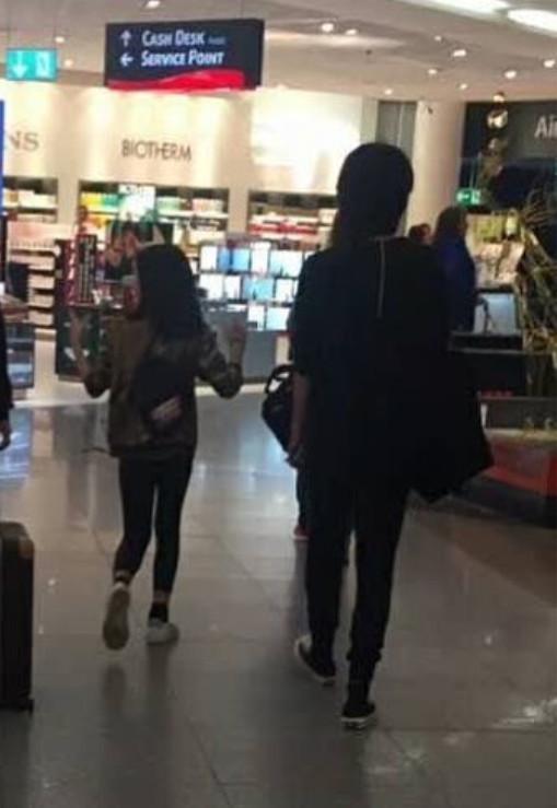 王菲国庆长假带李嫣出游 母女情深游德国