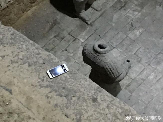 """手机掉进兵马俑土坑  瞬间变""""文物"""""""
