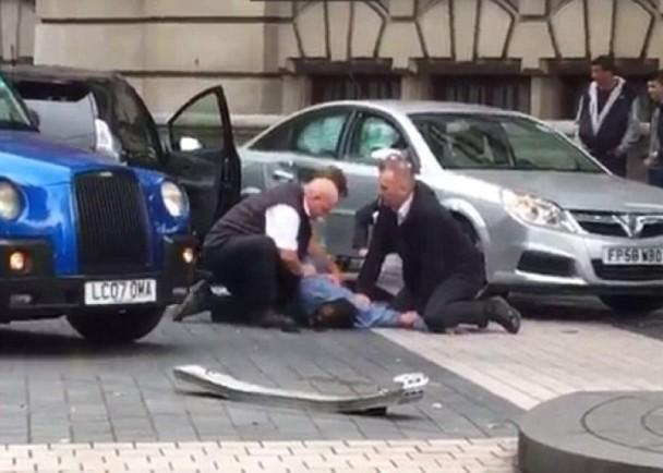 英国伦敦发生汽车蓄意撞人事件 多人伤