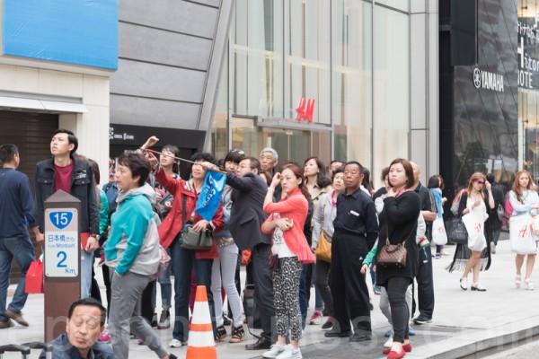 口味变了 中国赴日游客爱买折叠伞