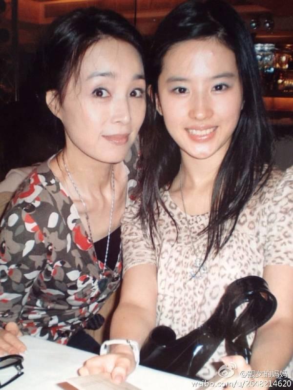 刘亦菲素颜与小姨合影,美貌竟被比下去?