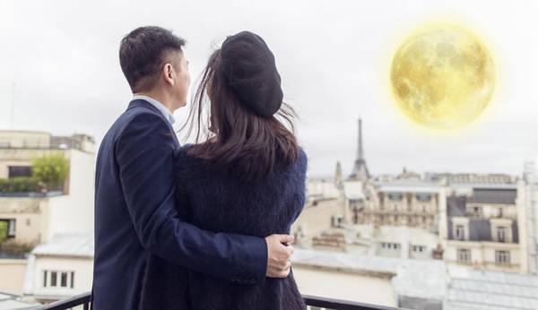 好甜蜜!刘强东搂章泽天细腰共赏明月