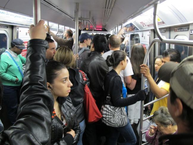 华裔男子乘地铁狠踹孕妇   真相仍是谜