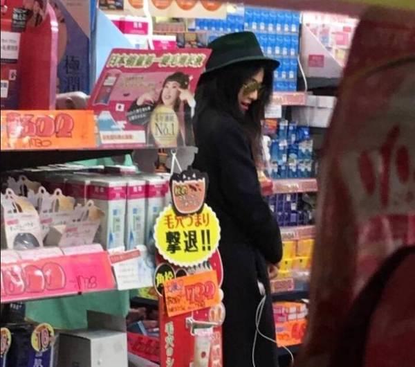 范冰冰日本逛药妆店被偶遇 真人好瘦好美