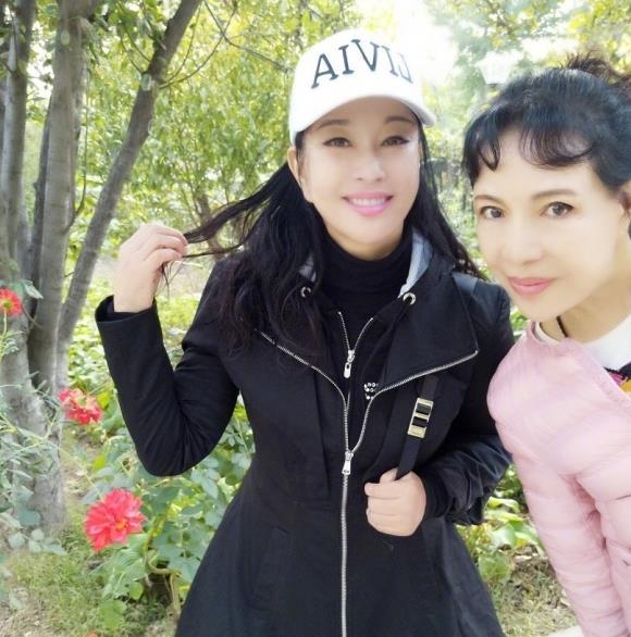 刘晓庆与妹妹合影 姐妹两冻龄似少女