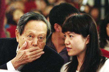 数数杨振宁对中国的贡献 不要只看翁帆