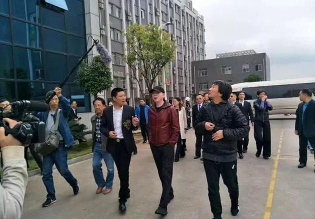 冯小刚回老家湘潭 乡亲望其为家乡拍电影