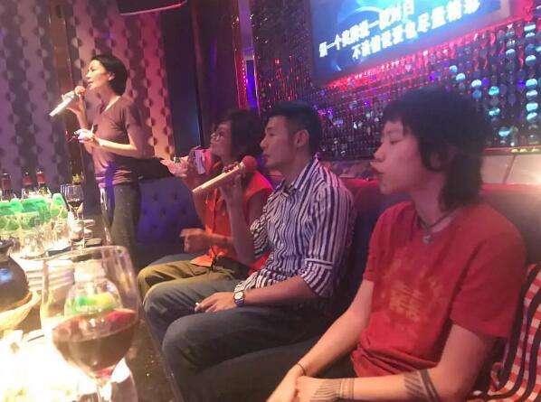 王菲与李荣浩唱K 窦靖童在旁边当小粉丝