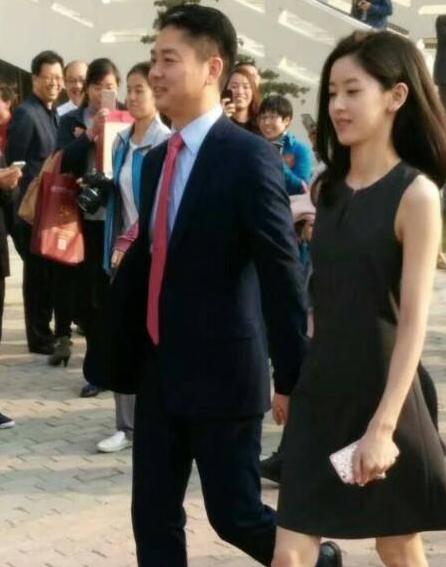刘强东回母校 网友们关心奶茶妹妹冷不冷