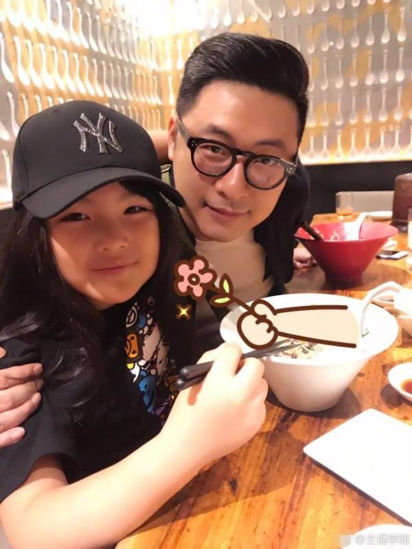 李湘晒老公女儿吃面 王诗龄和爸爸越来越像了
