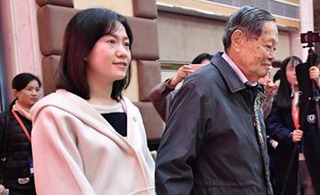 杨振宁带太太出席校庆 翁帆模样变了