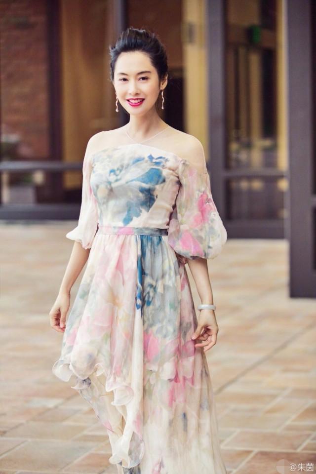 46岁朱茵奔美国任嘉宾 一袭水墨裙太美了