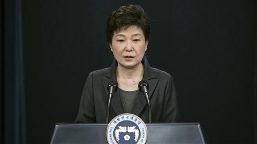 遭弹劾8个月后 朴槿惠被强制开除党籍