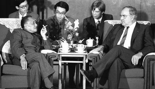 谁当场劝阻邓小平在主席台上不要吸烟?