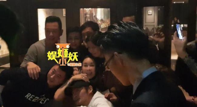 王菲李亚鹏合体为好友庆生 全程无交流