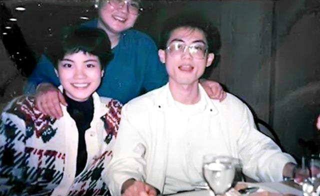 王菲早年家庭合照曝光 开心与父母哥聚餐