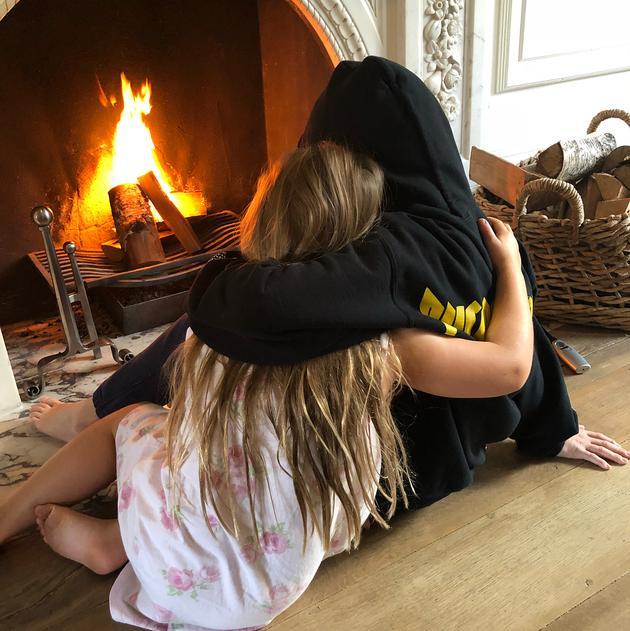 温馨!小七和哥哥暖炉旁相拥兄妹情深