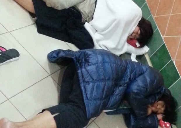 到机场才知航班取消 华裔一家被困旅游地