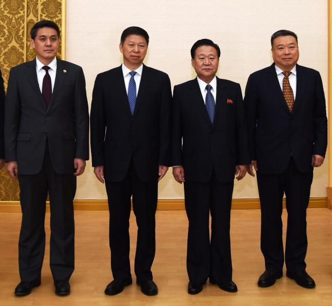习近平特使参观朝鲜革命学院和制鞋工厂