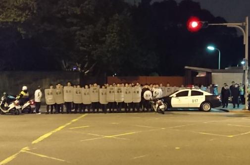 台湾团体夜袭蔡英文官邸 向大门泼红漆