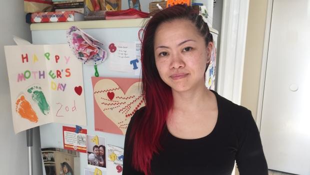 华裔女子工资到账不敢花 甚至有点害怕