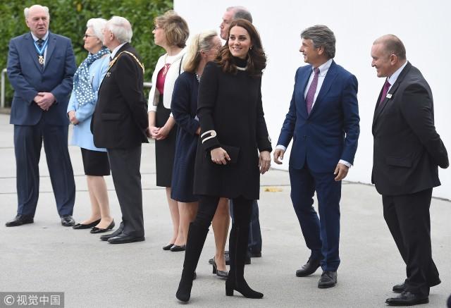凯特王妃现身制造厂 大衣遮孕肚气质高贵