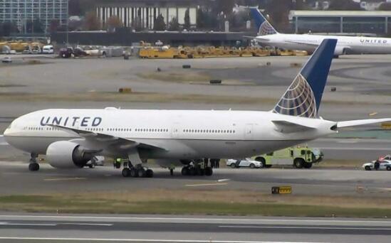 又出事!美联航降落时爆胎 乘客被弹飞