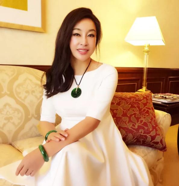 刘晓庆一袭白裙出席活动 肤白貌美似少女