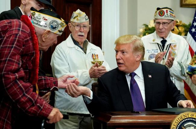川普讲到一半 老兵突然放声大唱停不下来
