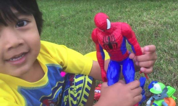 6岁男孩直播玩玩具 年入1100万美元