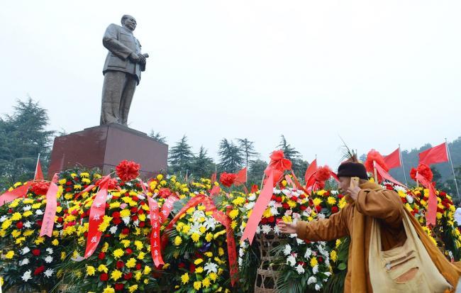 chinese-pay-tribute-to-mao-zedong-121-anniversary-02.jpg